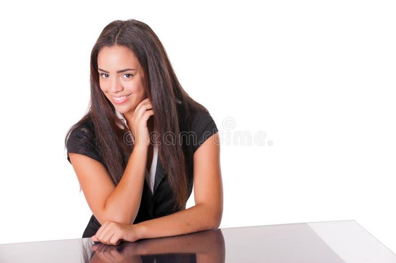 Señora joven feliz en el escritorio, aislado en blanco imagen de archivo libre de regalías