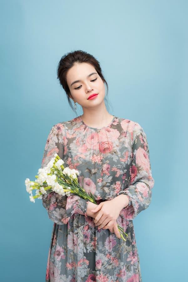 Se?ora joven hermosa con el vestido lindo en fondo azul imágenes de archivo libres de regalías