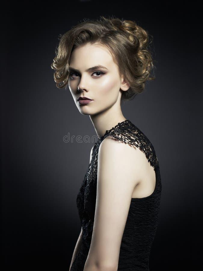 Señora joven hermosa en fondo negro fotografía de archivo libre de regalías