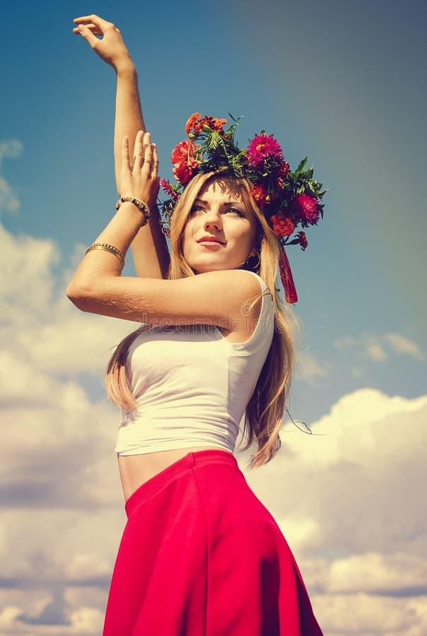 Señora joven hermosa en guirnalda con las manos aumentadas fotos de archivo libres de regalías