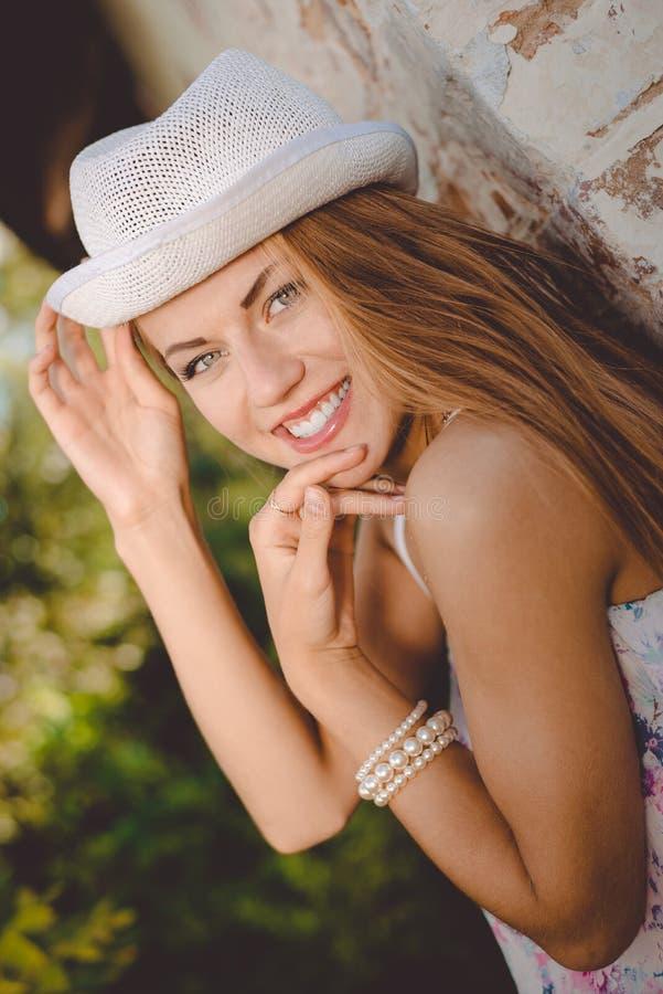 Señora joven hermosa en la sonrisa blanca del sombrero del sombrero de ala fotos de archivo