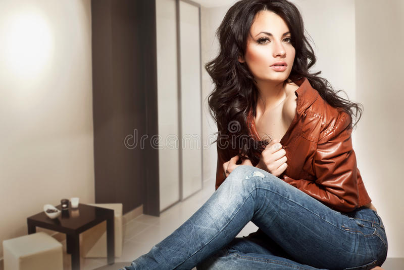Señora joven hermosa que se coloca en un interior elegante imagenes de archivo