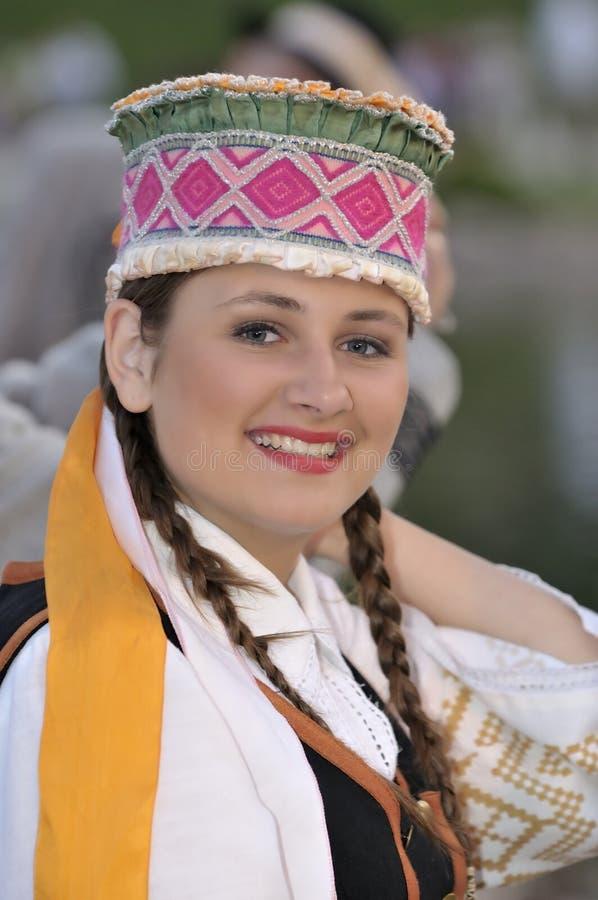 Señora joven lituana, bailarines del folklore imagenes de archivo