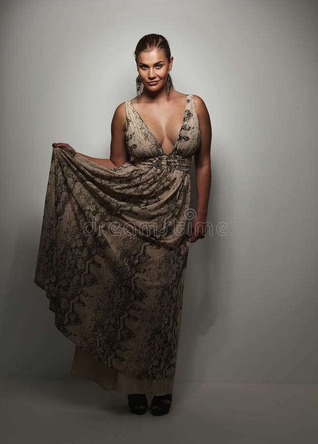 Señora joven magnífica en vestido de noche hermoso fotos de archivo