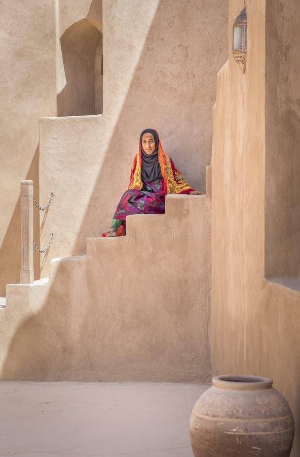 Señora joven omaní en equipo tradicional fotografía de archivo libre de regalías