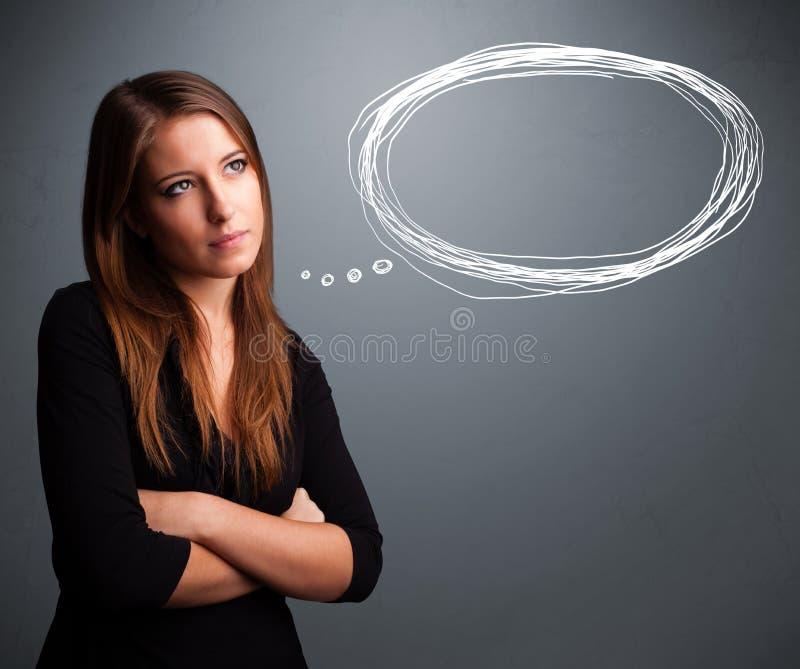 Señora joven que piensa en burbuja del discurso o del pensamiento con el balneario de la copia fotografía de archivo