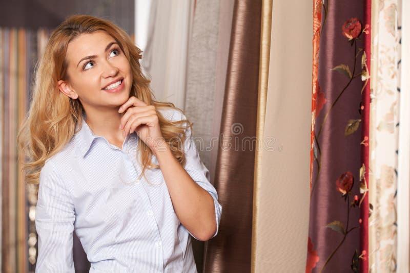 Señora joven que se coloca en tienda de la mercancía seca imágenes de archivo libres de regalías