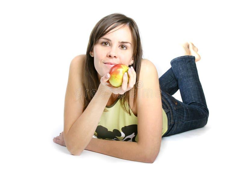 Señora joven que sostiene la manzana roja. imagenes de archivo