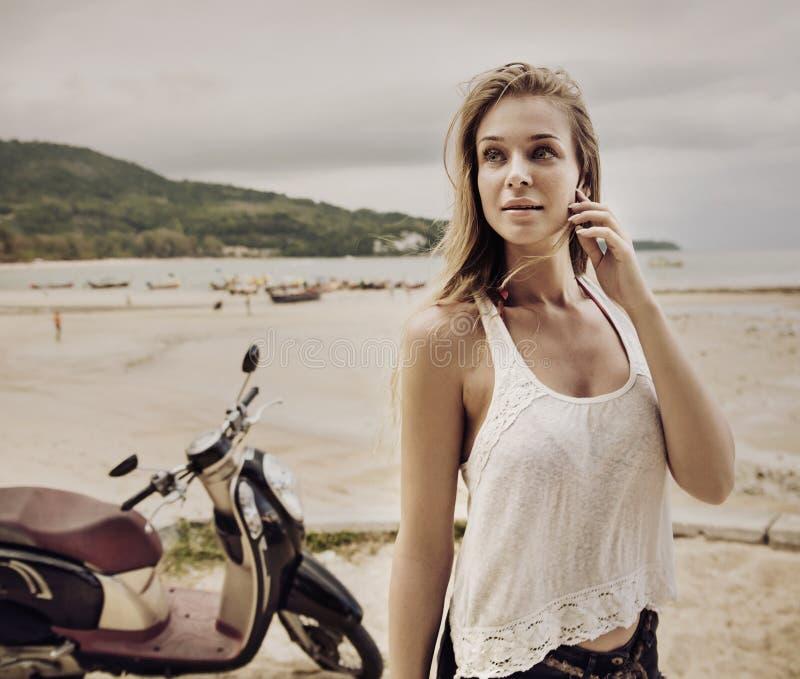 Señora joven sensual que disfruta de verano en una playa tropical fotografía de archivo