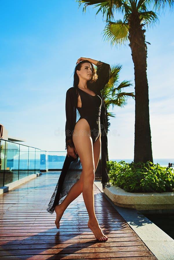 Señora joven sensual que se relaja por la piscina tropical foto de archivo libre de regalías