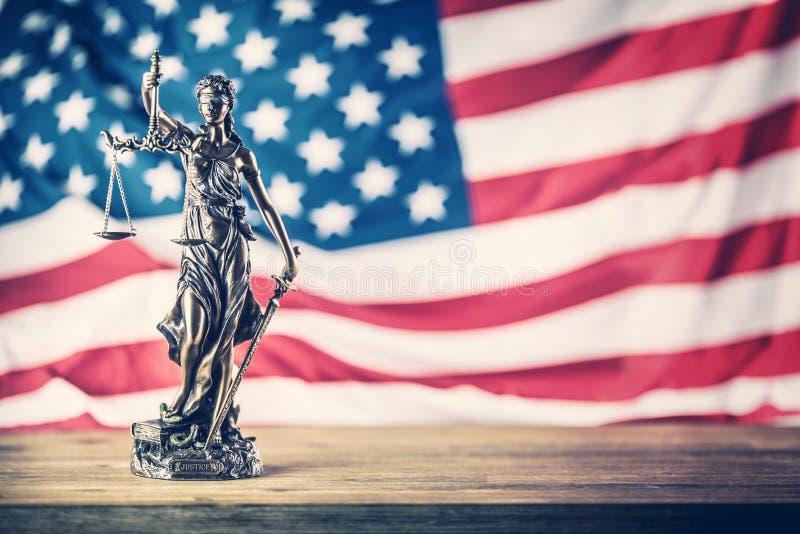 Señora Justice y bandera americana Símbolo de la ley y de la justicia con U fotografía de archivo