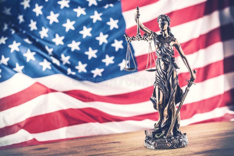 Señora Justice y bandera americana Símbolo de la ley y de la justicia con U foto de archivo