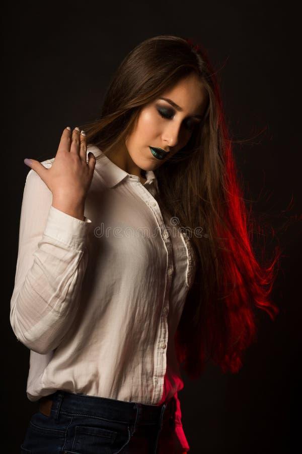 Señora latina preciosa con el viento en pelo y maquillaje creativo brillante imagen de archivo libre de regalías