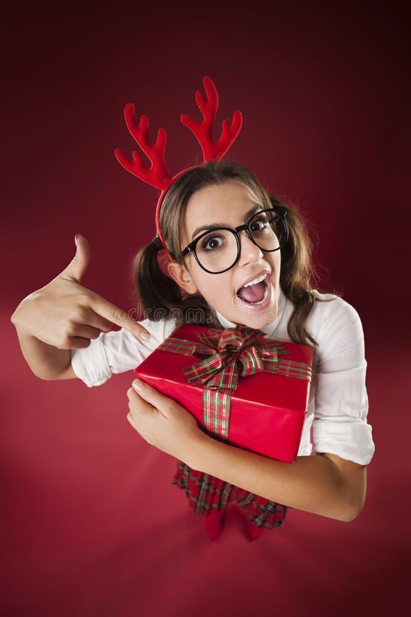 Señora loca con el regalo foto de archivo