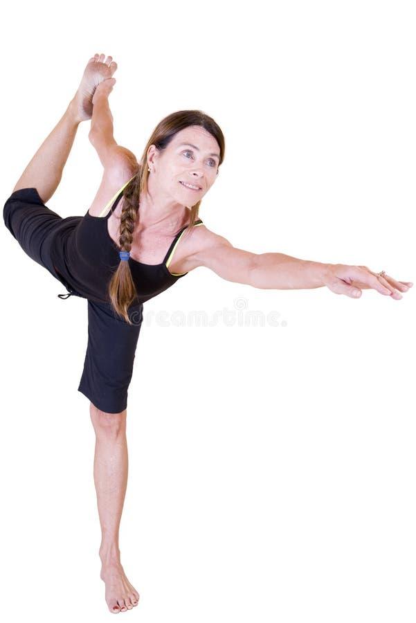 Señora madura que hace yoga imágenes de archivo libres de regalías
