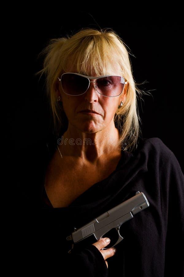 Señora mayor con el arma fotos de archivo libres de regalías