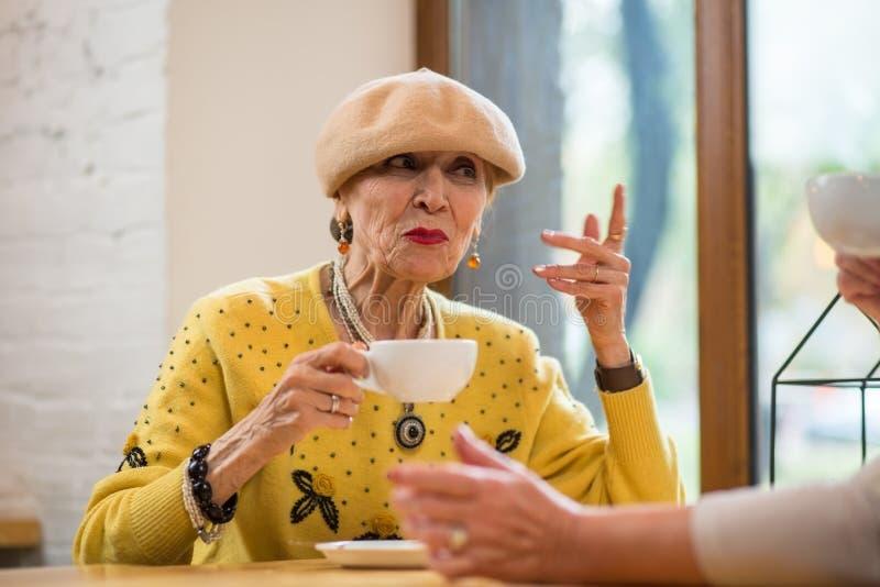 Señora mayor con la taza fotos de archivo