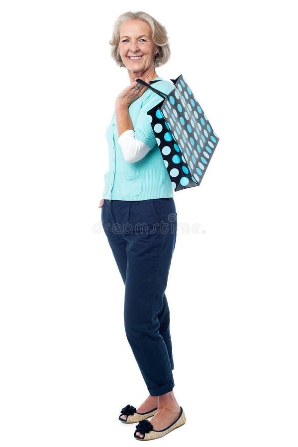 Señora mayor de moda con el panier imagen de archivo