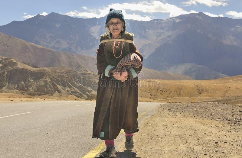 Señora mayor del pueblo de Likir que lleva el paño de lana de Goncha imagen de archivo libre de regalías
