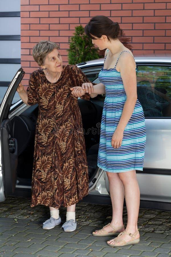 Señora mayor después de conducir imagen de archivo