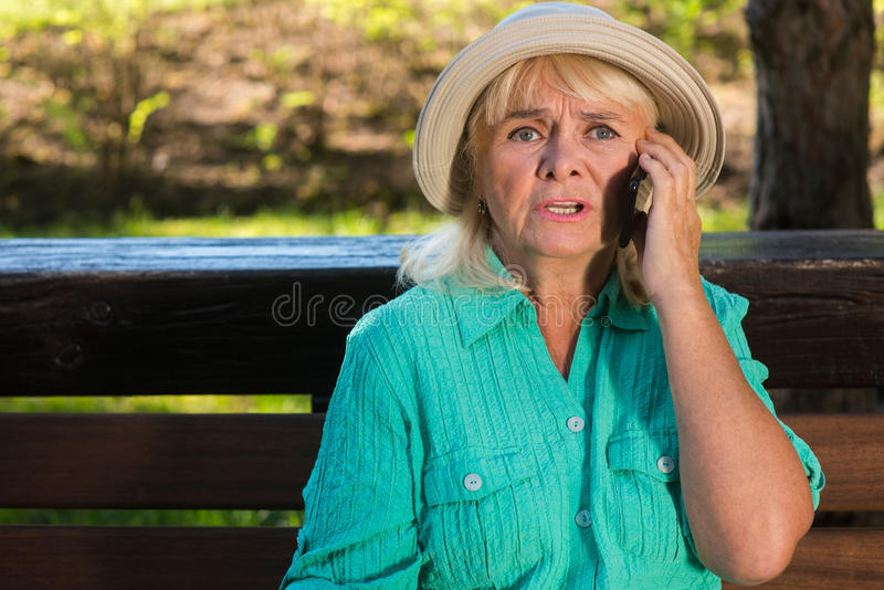 Señora mayor en el teléfono fotos de archivo