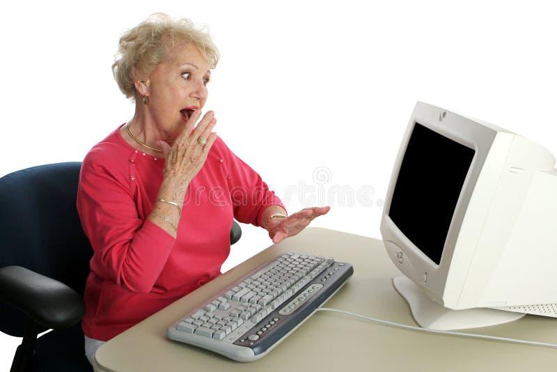 Señora mayor Online - dado una sacudida eléctrica fotos de archivo libres de regalías
