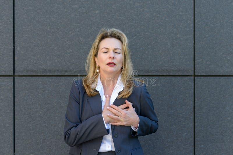 Señora mayor que agarra su pecho en dolor foto de archivo libre de regalías