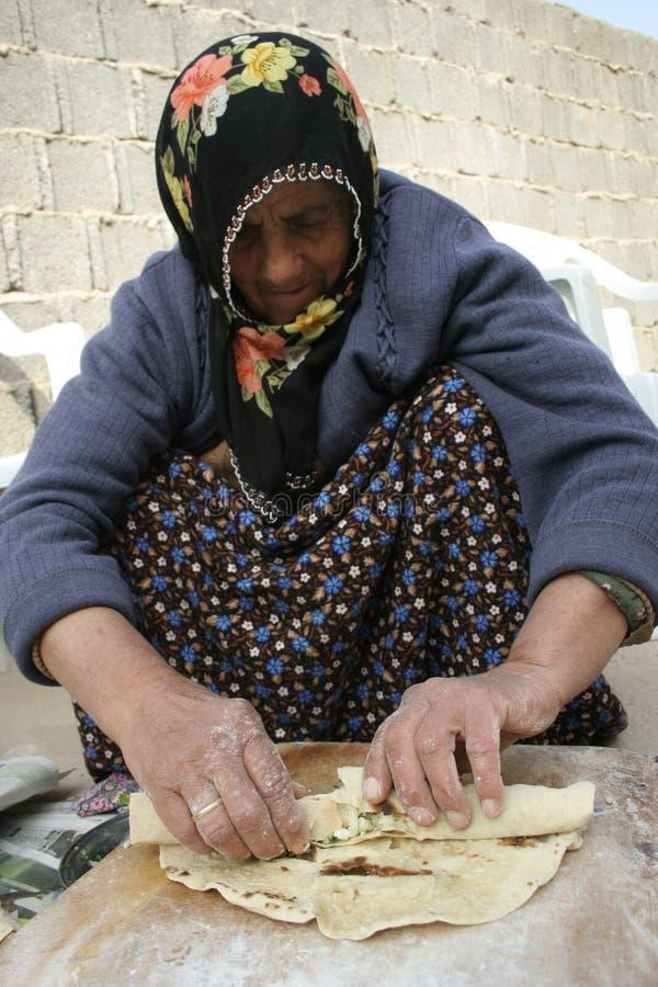 Señora mayor que hace el gözleme imagen de archivo