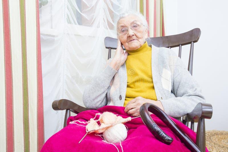 Señora mayor que hace punto imagen de archivo