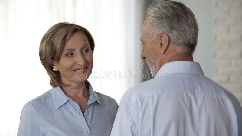Señora mayor que mira juguetónamente el marido, relación feliz, confianza en matrimonio fotos de archivo libres de regalías