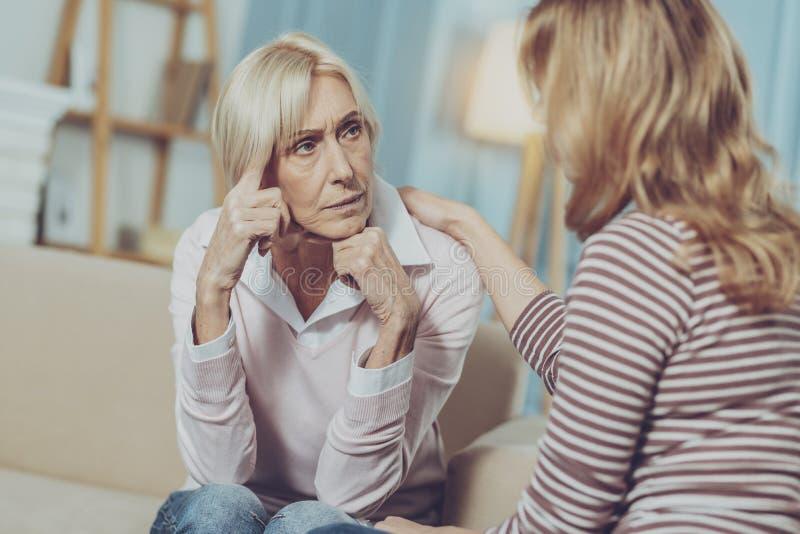 Señora mayor que mira seriamente la hija fotos de archivo libres de regalías