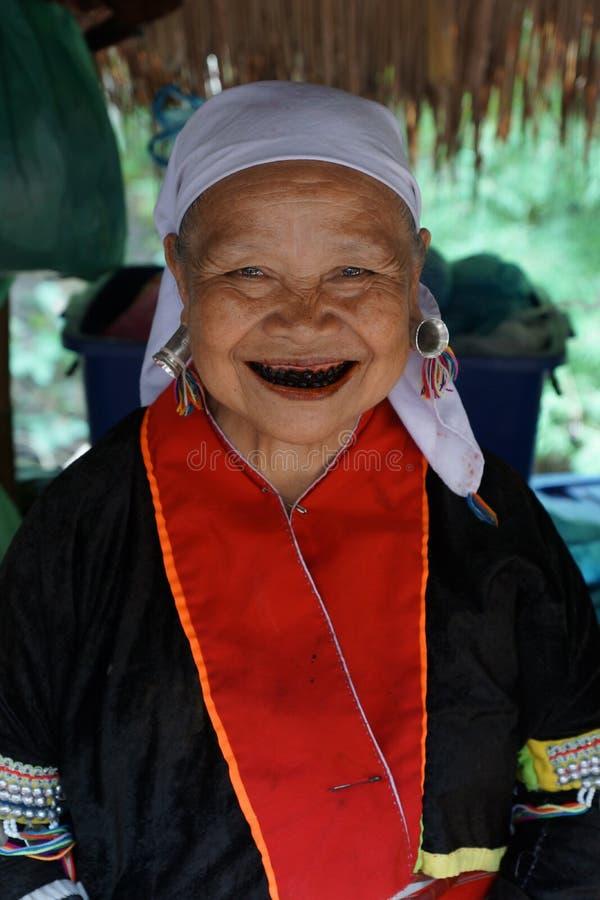 Señora mayor septentrional de la tribu de la colina de Tailandia Cara sonriente imágenes de archivo libres de regalías