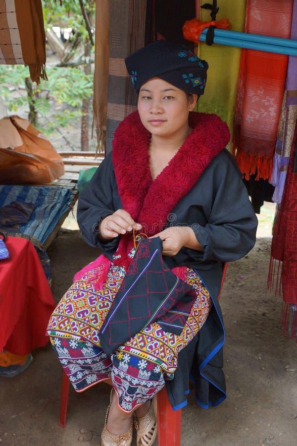 Señora mayor septentrional de la tribu de la colina de Tailandia Mujeres posibles de un Lizu fotografía de archivo libre de regalías