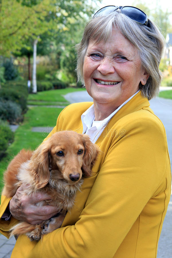 Señora mayor y su perro fotos de archivo libres de regalías