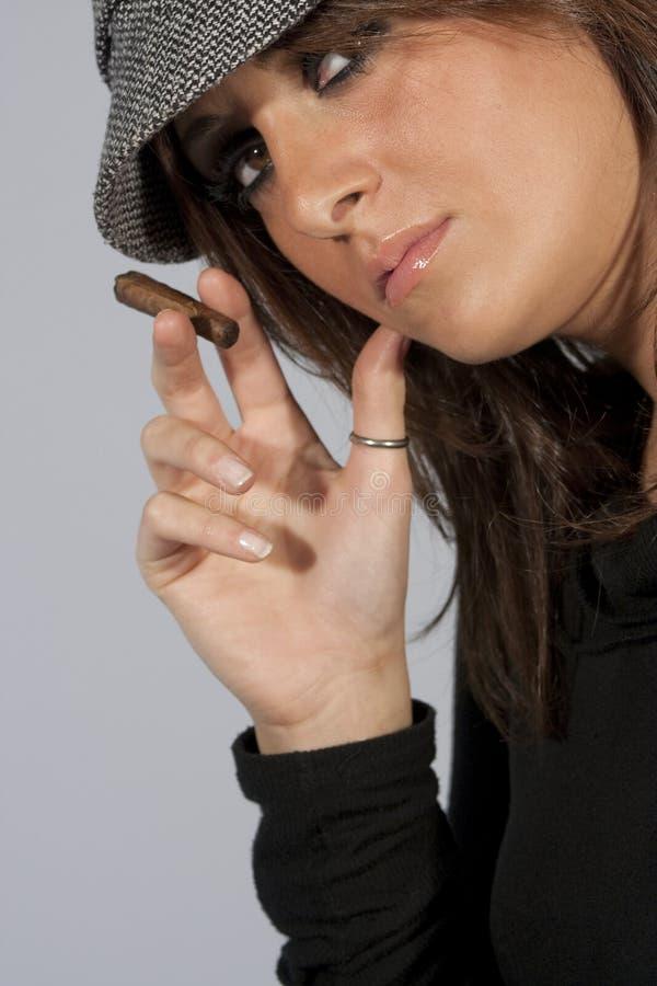 SEÑORA MODELO ATRACTIVA SMOKING CIGAR DE LA MUJER Fotos de archivo libres de regalías
