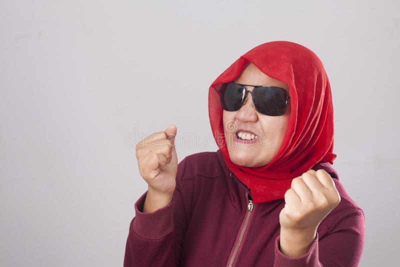 Señora musulmán en gesto enojado de las demostraciones rojas foto de archivo libre de regalías