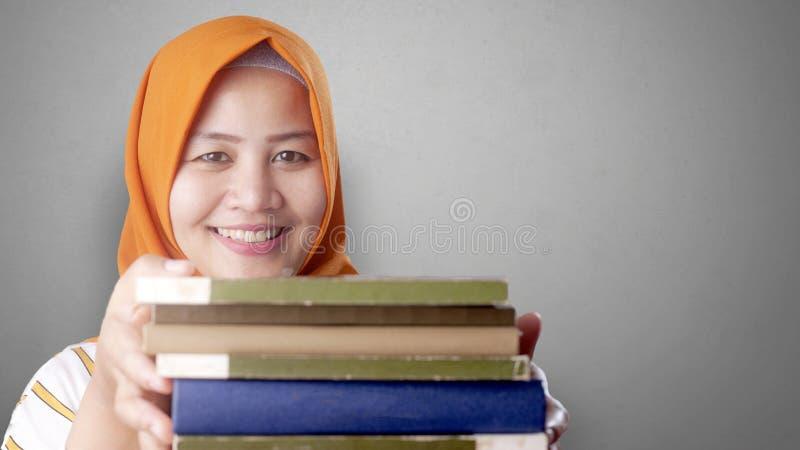 Señora musulmán feliz con los libros foto de archivo libre de regalías