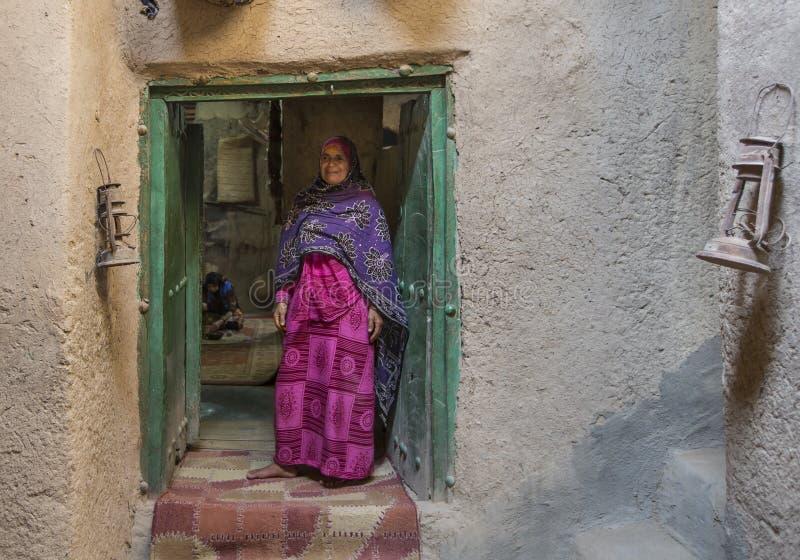 Señora omaní en outfot del iraditional fotografía de archivo libre de regalías