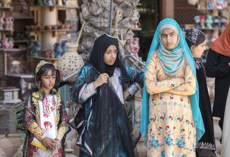 Señora omaní joven en ropa tradicional fotografía de archivo