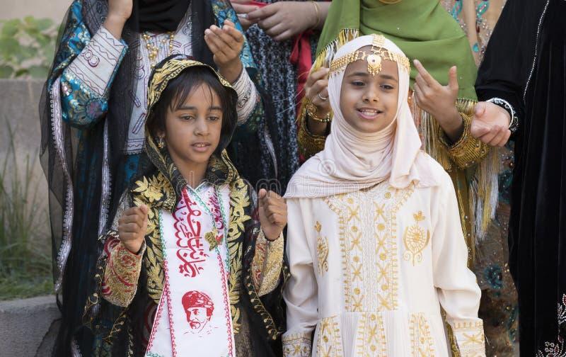 Señora omaní joven en ropa tradicional imagenes de archivo