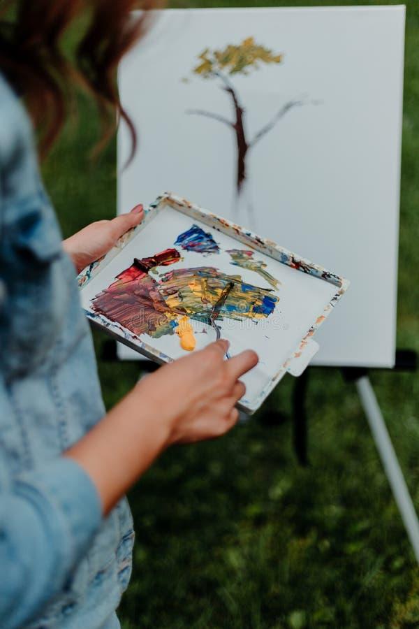 Señora Painting con el cuchillo de paleta de acrílico foto de archivo libre de regalías