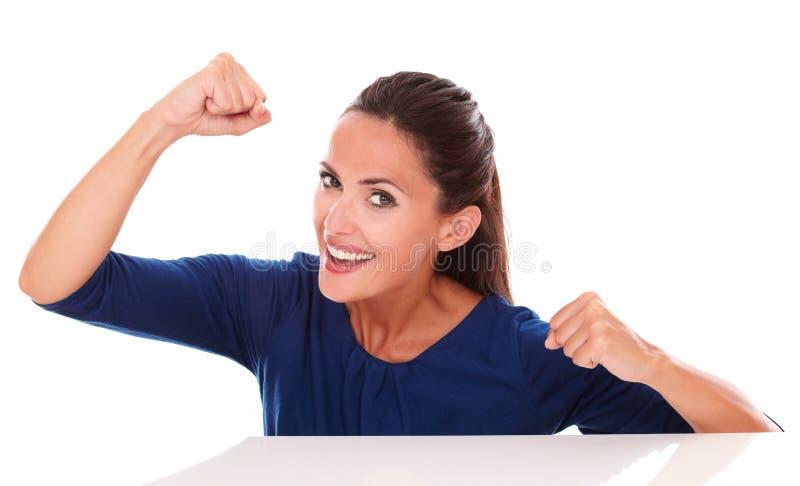 Señora preciosa en camisa azul que gesticula ganar foto de archivo