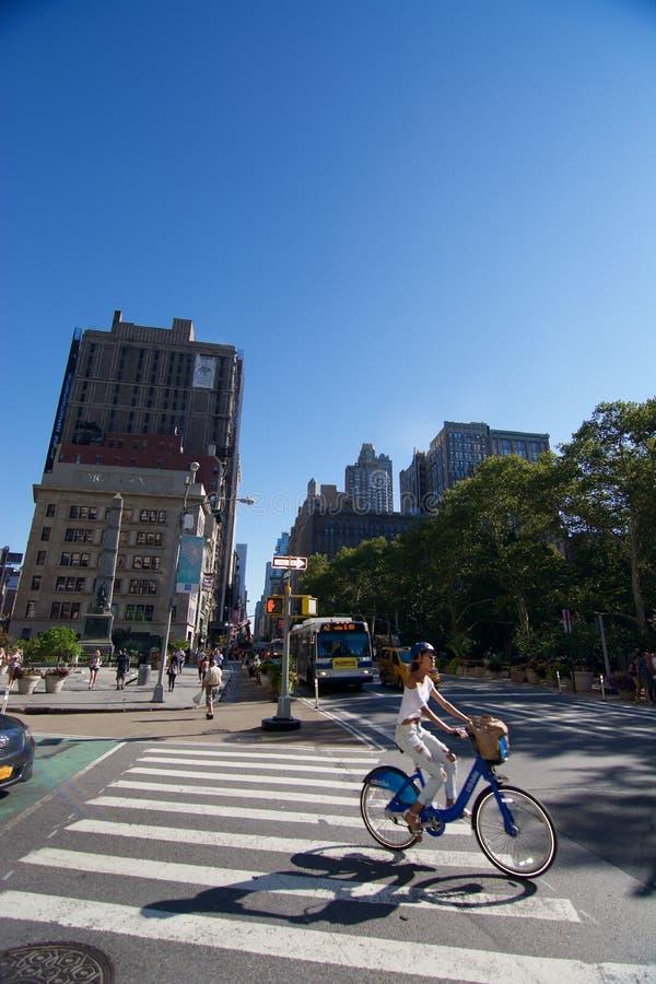 Señora que completa un ciclo NYC imagen de archivo libre de regalías