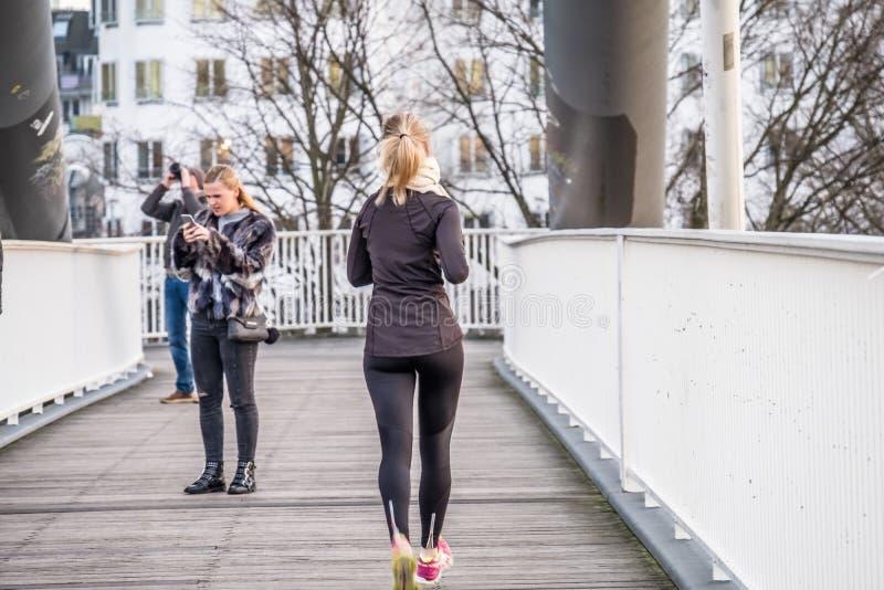 Señora que corre en el puente foto de archivo
