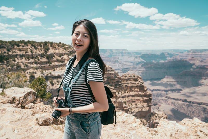 Señora que disfruta de la vista del parque nacional del Gran Cañón imagen de archivo libre de regalías