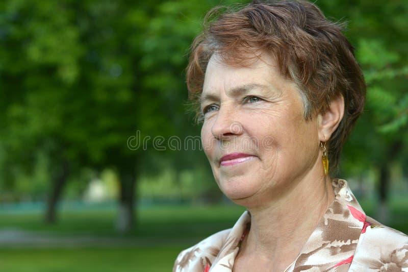 Señora que disfruta de verano imágenes de archivo libres de regalías