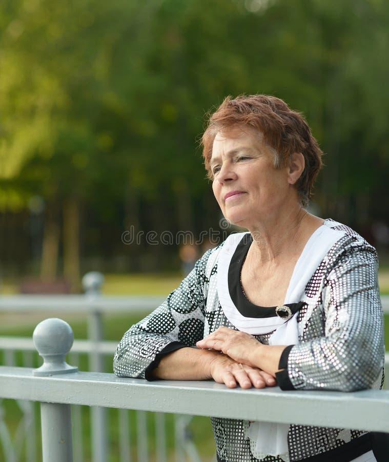 Señora que disfruta de verano fotografía de archivo