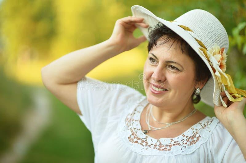 Señora que disfruta de verano al aire libre foto de archivo libre de regalías