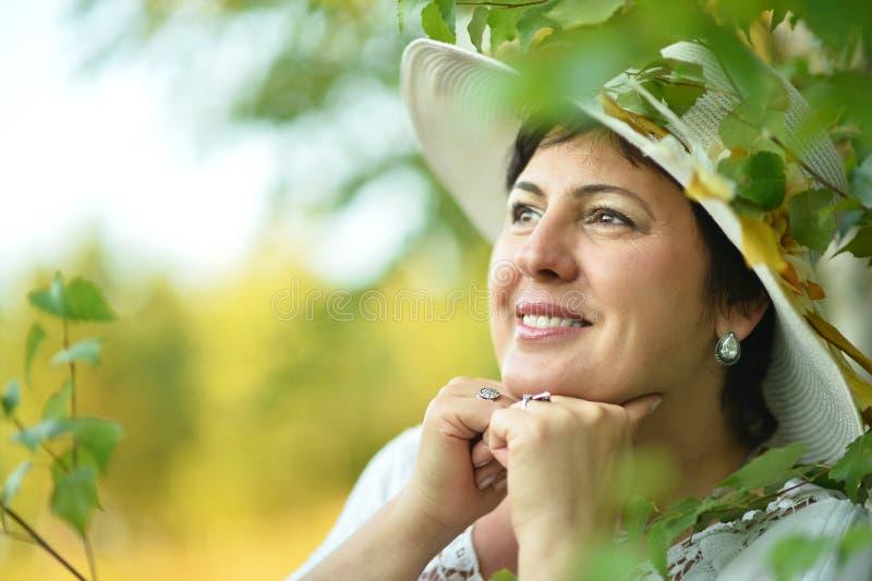 Señora que disfruta de verano al aire libre fotografía de archivo