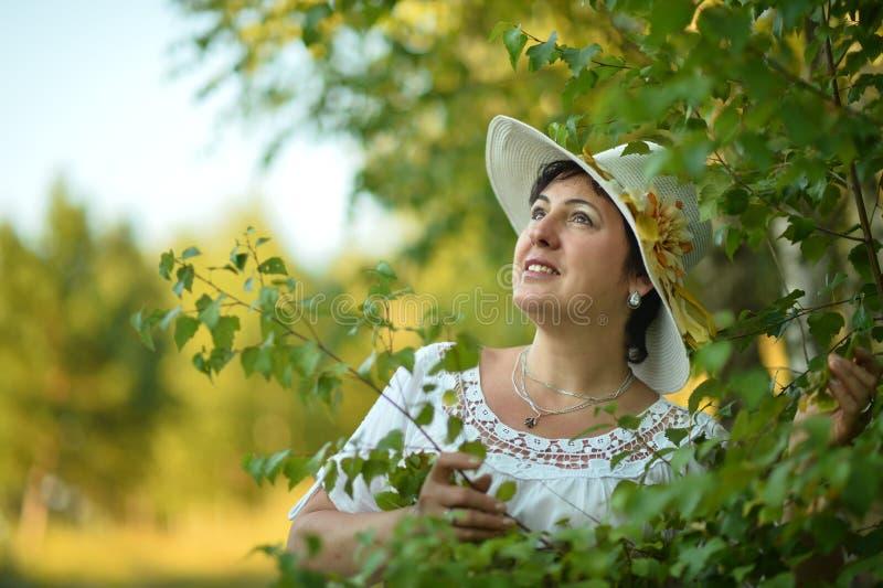 Señora que disfruta de verano al aire libre imagenes de archivo